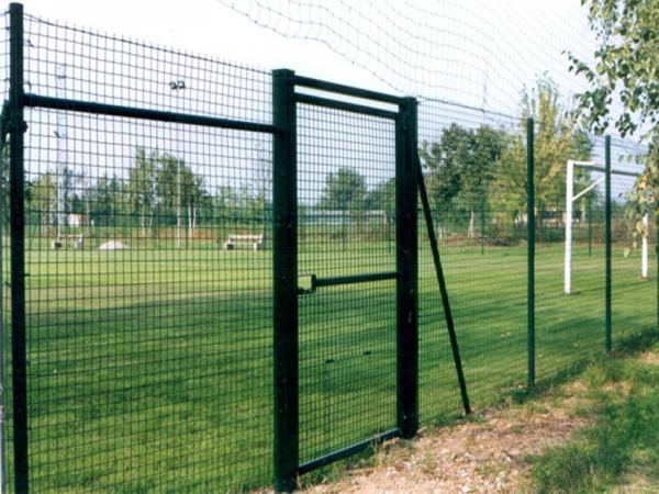 Recinzioni per impianti sportivi con rete in polietilene