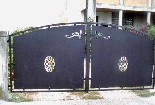 Cancello in lamiera lavorata